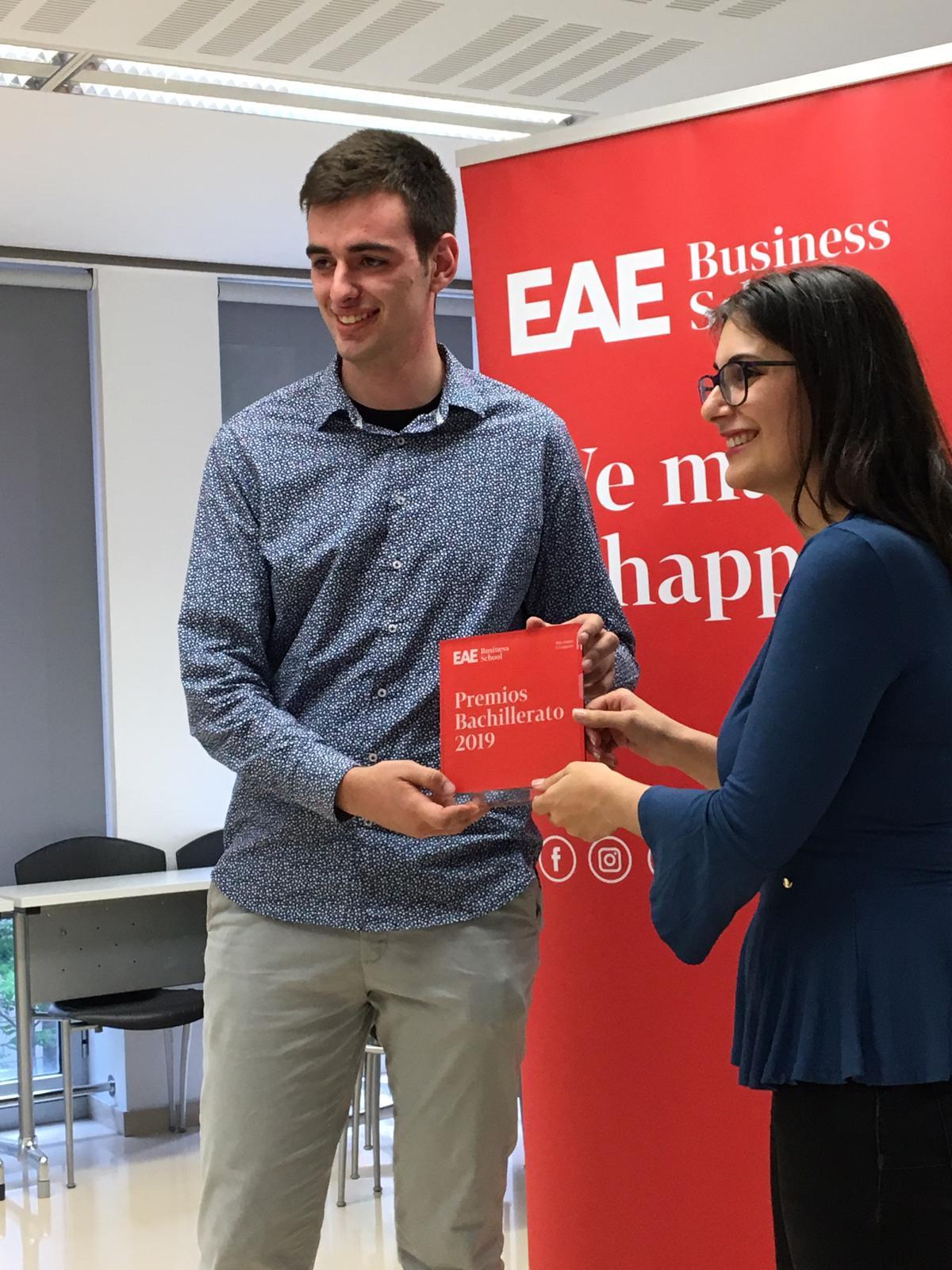 Adrià Ribas, alumne de segon curs de CFGS en màrqueting i publicitat de l'ETG2, guanyador del premi batxillerat d'EAE Business School